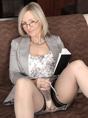 Nude Mature Upskirt Porn Pictures