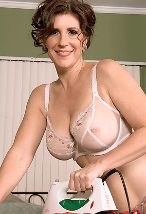 Nude Mature Housewife Porn Pictures
