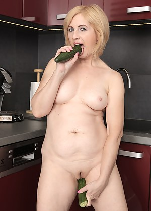 Nude Mature Dildo Porn Pictures