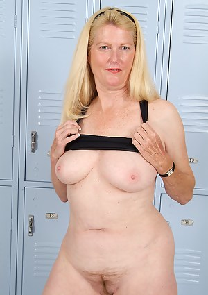 Nude Mature Locker Room Porn Pictures